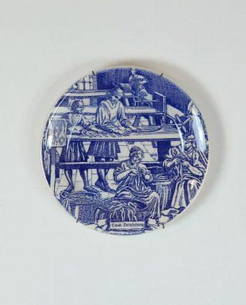 Gyári munkásokat ábrázoló fali tányér