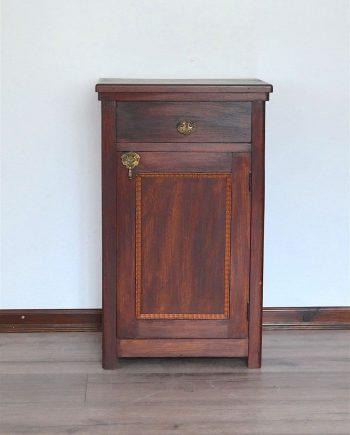 Antik kis szekrény