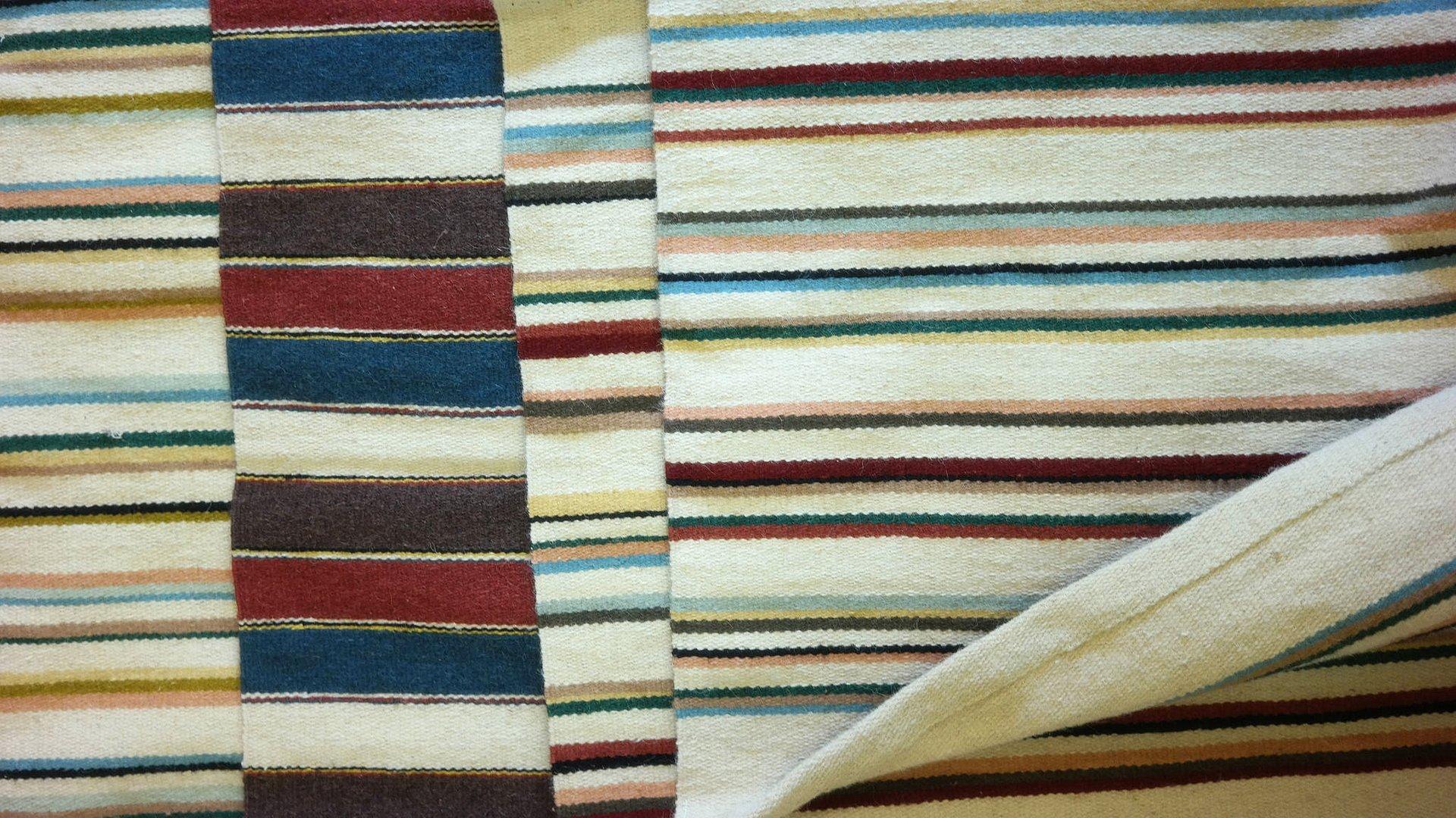 Kézi szövésű gyapjúszőnyeg - erdélyi szőnyegek helyi birkák gyapjújából, kézi szövőgépen készülnek, ízléses színösszeállításban