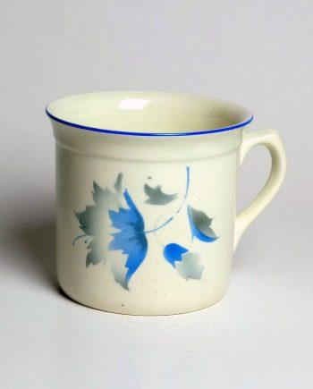 Kék virággal díszített gránit bögre