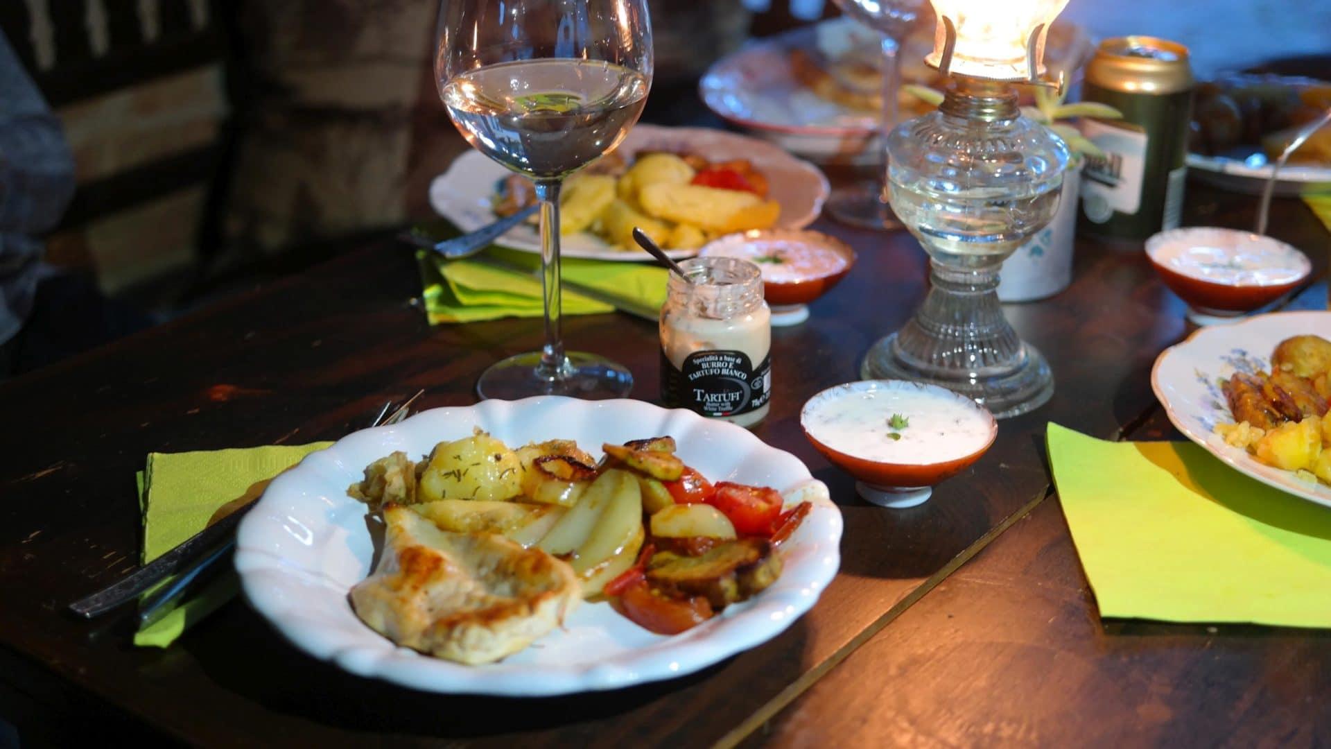 Szarvasgombás vajjal megkent csirkemell sült zöldségekkel, tepsis burgonyával