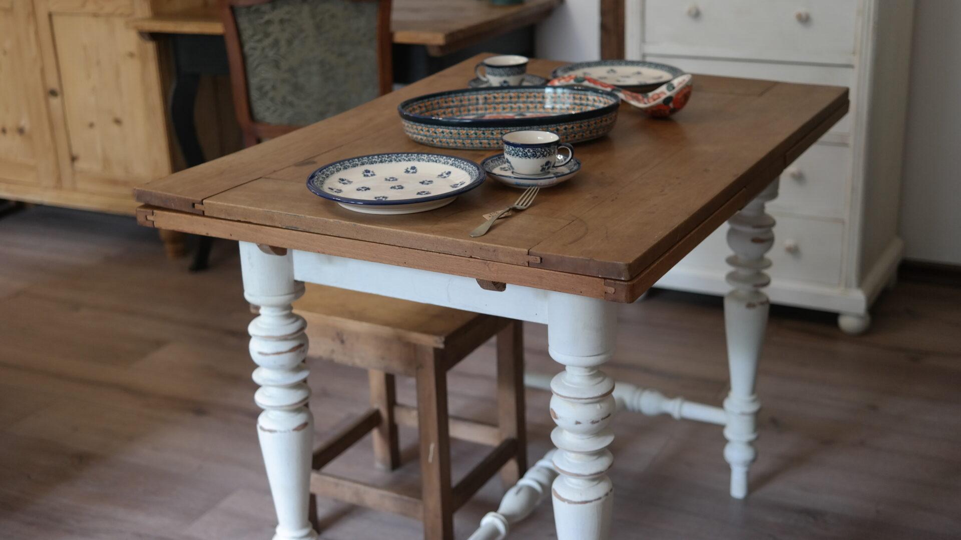 Régi, bővíthető, esztergált lábú ebédlőasztal körtefa tetővel